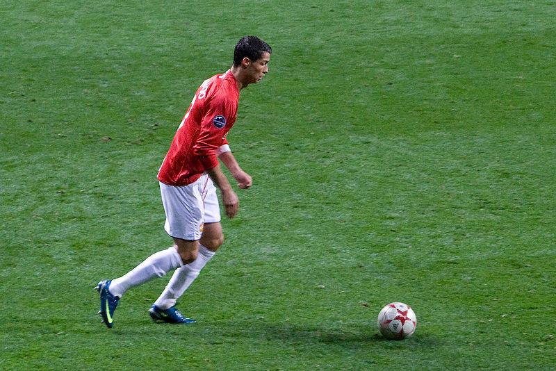 Ronaldo thực hiện một cú sút phạt trong mùa giải 2008-09