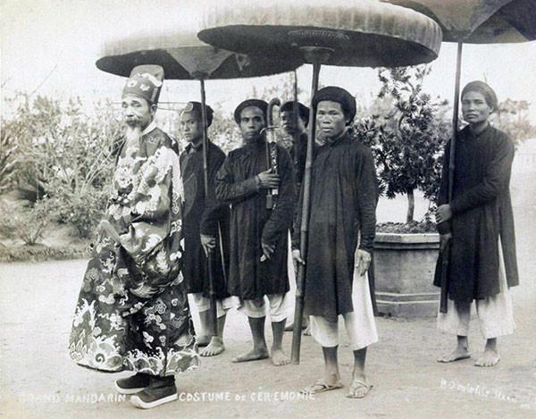 Quan đại thần Nguyễn Trọng Hiệp (quyền Kinh lược sứ Bắc Kỳ từ năm 1885 - 1887) và đoàn tùy tùng ở Hà Nội cuối thế kỷ 19.