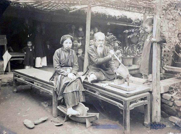 Dược sĩ điều chế thuốc theo phương pháp truyền thống tại một nhà thuốc ở Hà Nội.