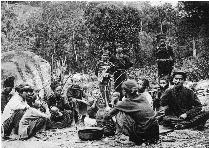Người Thái ở Thanh Hóa uống rượu sau khi săn được hổ.