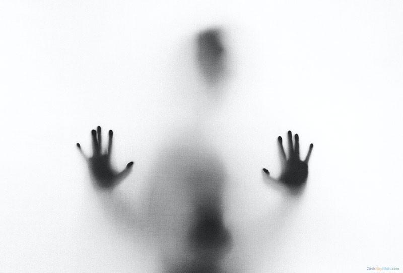 bóng người đưa tay lên kính