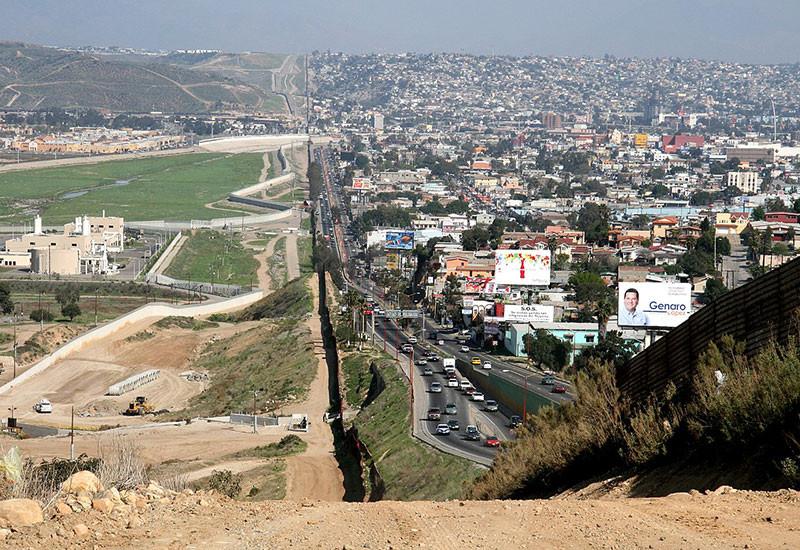 Tijuana, Mexico ở bên phải, giáp với San Diego, Hoa Kỳ (bên trái)