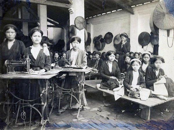 Các thợ may người Việt ở xưởng may của bà Bourgouin Meiffre. Xưởng này chuyên may quần áo cho quân đội bản xứ.