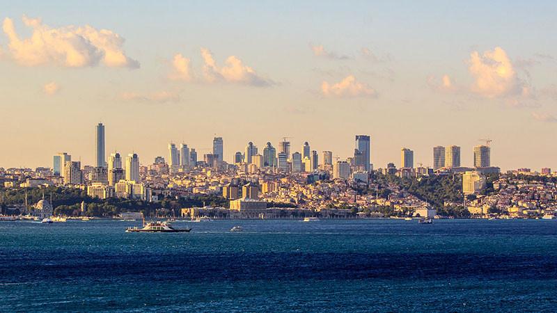 Quang cảnh từ eo biển Bosporus trên đường chân trời Istanbul.