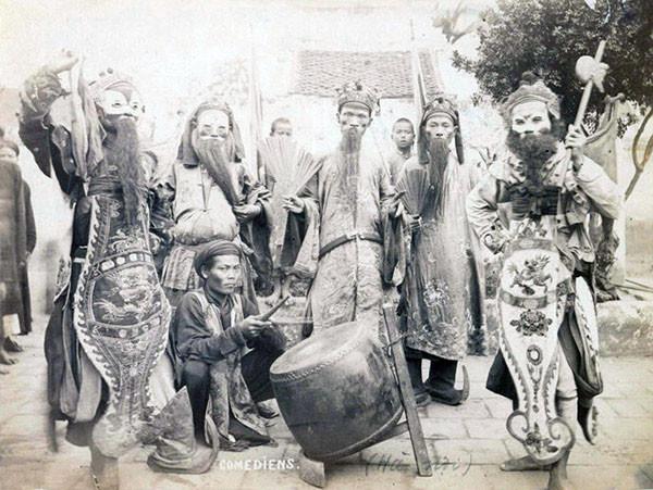 Một nhóm diễn viên tuồng tại hậu trường một buổi diễn.