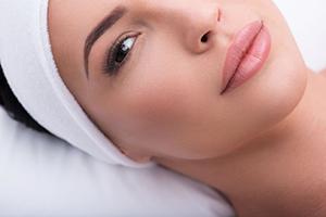 Vakker dame får Skinbooster behandling