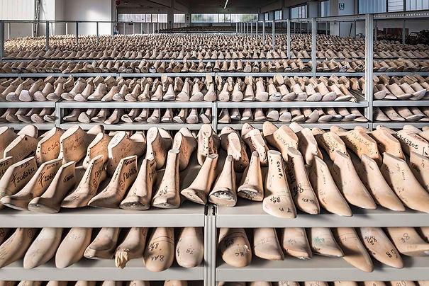 Formificio Romagnolo produce forme per calzature in plastica e tendiscarpe in legno faggio.