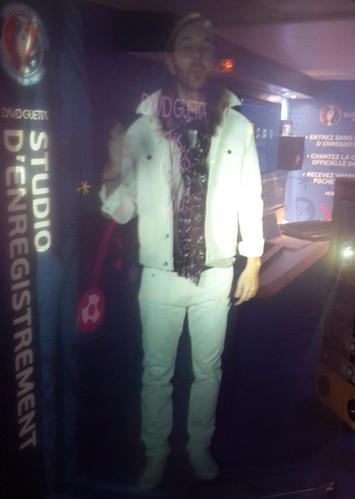 Une projection d'hologramme de David Guetta en taille réelle sur le train de l'UEFA Euro 201