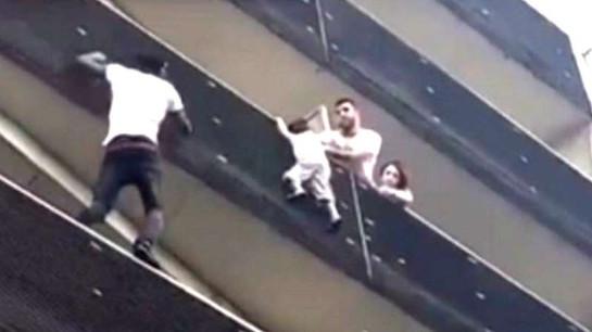 """""""Hombre Araña"""" de París trepa edificio para salvar a un niño"""