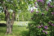 Le jardin clos et fleuri et sa balançoire, gîte de charme normandie calvados, la Blanchetière