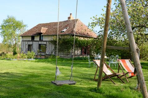 Des moments de détente en famille dans le jardin, gîte de charme Normandie Calvados, la Blanchetière