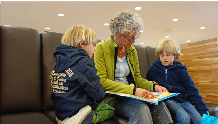Bookstoreadwithgrandchildren-en