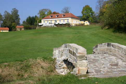 Clubhaus mit Brücke 18