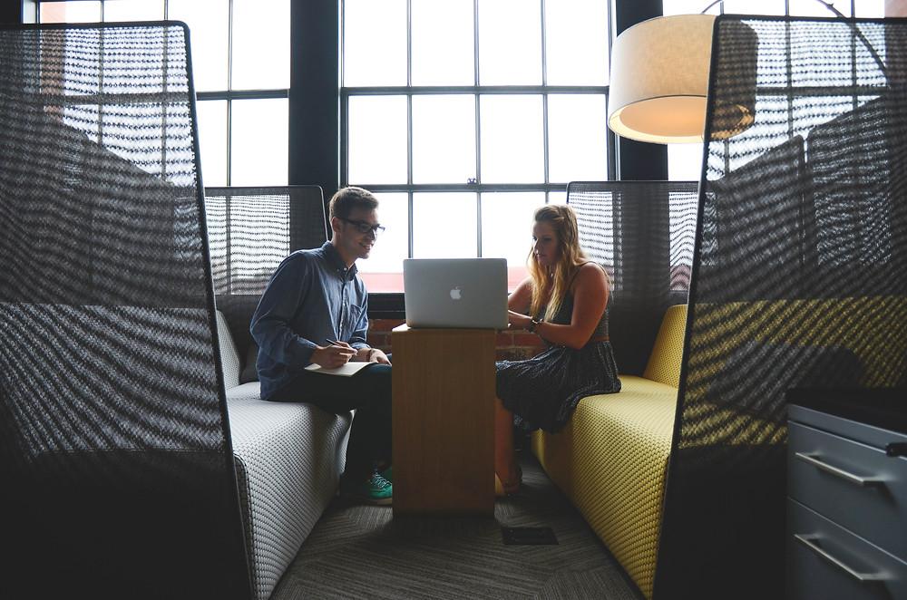 Duas pessoas conversando sobre como conseguir apoio para a sua empresa
