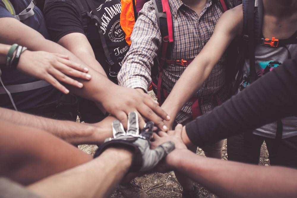 pessoas com as mãos juntas buscando união