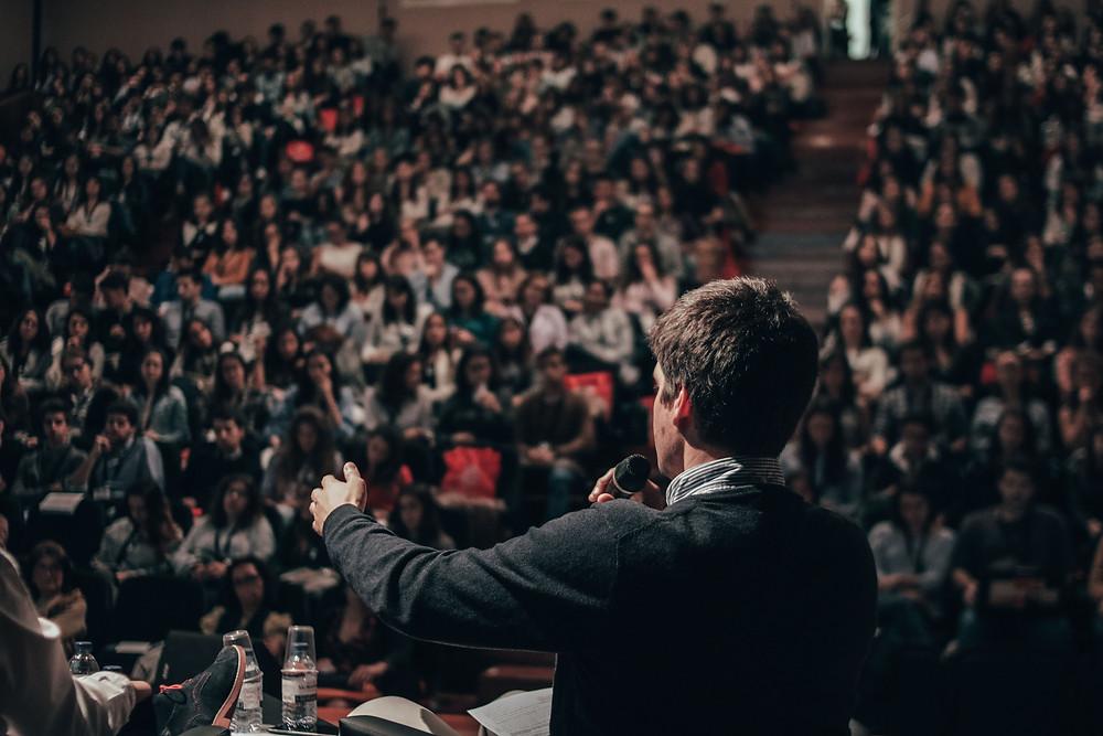 Pessoa falando fazendo uma palestra, como definir o seu público-alvo.