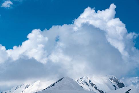 残雪と積乱雲