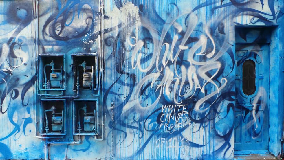 lienzo blanco pared azul.JPG
