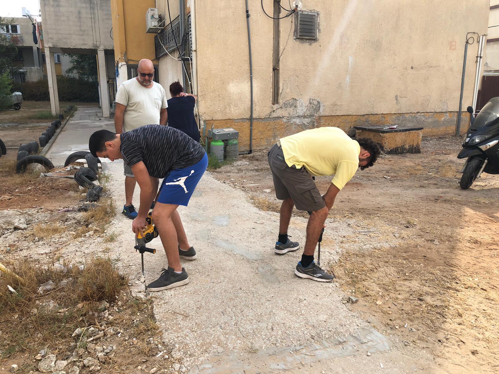 עומרי ואביו מתנדבים