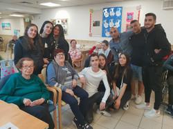 חנוכה: תלמידי יא' בבית אבות