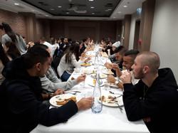 ארוחת ערב ראשונה במלון