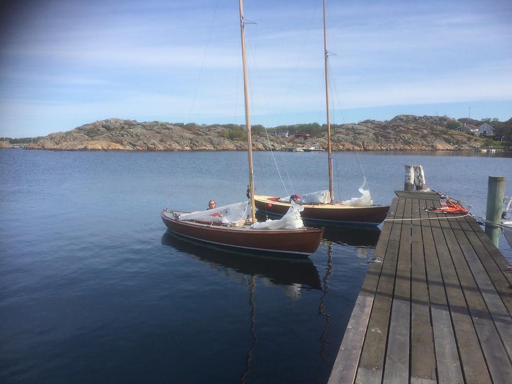 Bengt Witting i sin fina Nena. Bengt seglade ensam denna dag. I bakgrunden Hilma, SWE 35