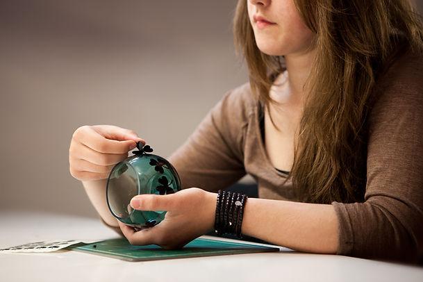 Pernille Bülow By You - Sådan gør du - Step 2 - Vælg klistermærker og placér dem på glasset
