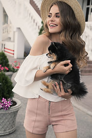 Chica de moda con Pomerania