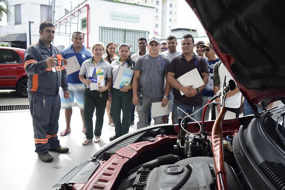 Técnico da Cigás orienta frentista para um abastecimento seguro com GNV