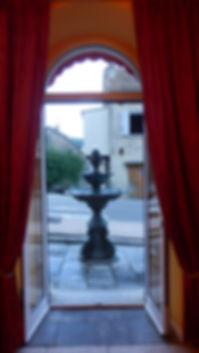 Le salon de l'hôtel U PALAZZU avec vu sur les fontaines au son délicatement relaxant.
