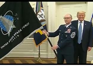 रक्षा नेताओं ने ओवल कार्यालय में आज राष्ट्रपति डोनाल्ड जे ट्रम्प को स्पेस फोर्स का झंडा भेंट किया।