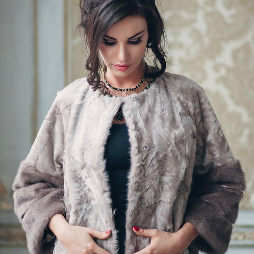 Пальто из меха козлика с норковыми манжетами