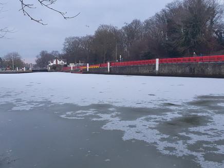 Frio congela trecho do rio Tâmisa no sudoeste de Londres