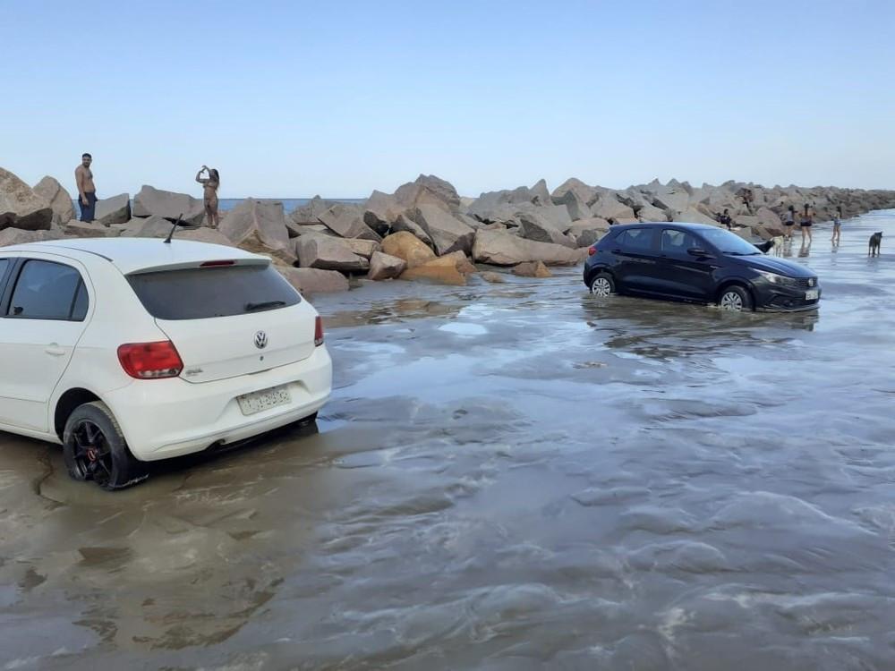 Tsunami meteorológico atingiu veículos na beira da praia do Cassino — Foto: Tiago Vogel/Arquivo Pessoal