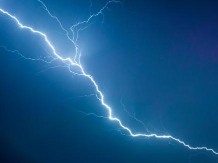 Pesquisadores do Inpe desvendam por que os raios se ramificam e piscam