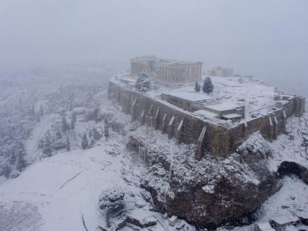 Grécia registra maior nevasca em mais de uma década e tem rara cena de Acrópole coberta por neve