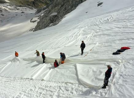 Itália embrulha geleira para proteger neve dos Alpes do aquecimento global