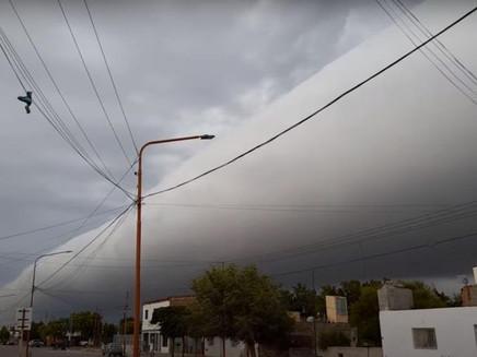 Nuvem gigante no céu da Argentina surpreende população; entenda o fenômeno