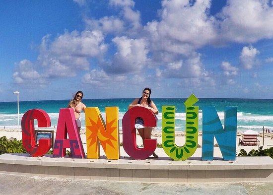placa-de-cancun-na-praia