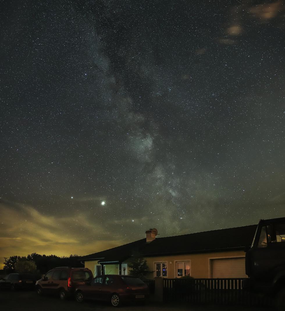 Mliečna dráha nad domom.jpg