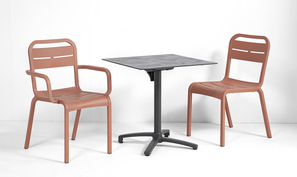 chaises restaurant terracotta