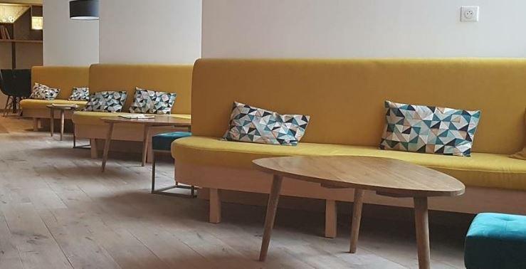 banquette bois et tissu coloré jaune