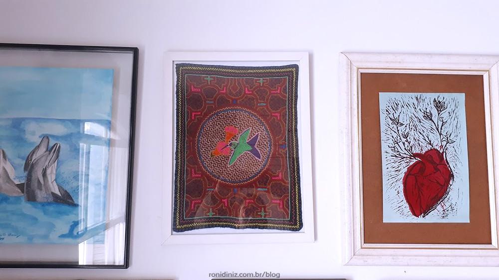 O tecido bordado Mestra Shipibo virou um lindo quadro ao lado das minhas artes.