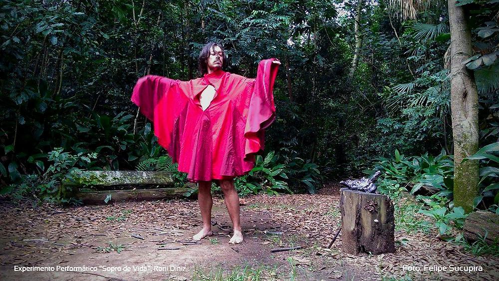 "Experimento Performático ""Sopro de Vida"", Roni Diniz. Foto: Felipe Sucupira"