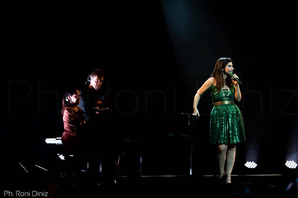 Laura Pausini convida fã para tocar piano. Simili Tour, São Paulo Foto: Roni Diniz