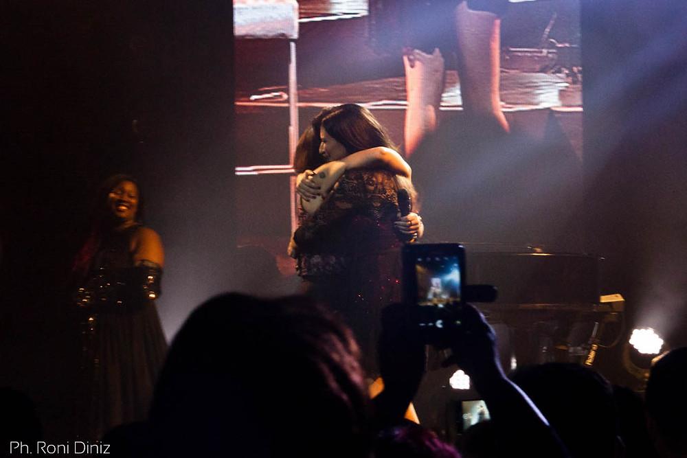 Laura Pausini cantando La Solitudine com a fã Camila Brasiliano. Foto: Roni Diniz