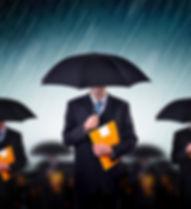 傘を持つビジネスマン