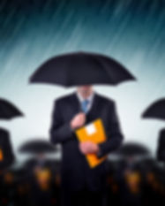 Biznesmeni z parasolami