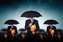 Les hommes d'affaires avec des parapluie