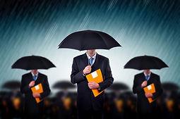 Los hombres de negocios con los paraguas